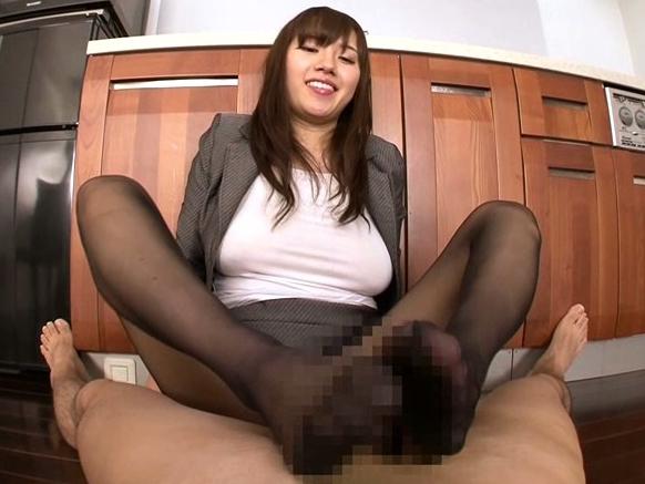爆乳エロ若妻の黒パンストを爪先から足裏まで舐めて足コキで足射の脚フェチDVD画像4