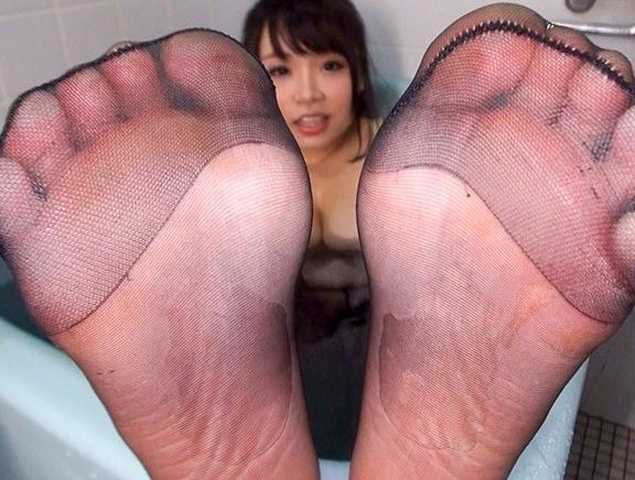 デカ尻に肉厚腿が堪らないぽっちゃり美女のパンスト足コキで足射の脚フェチDVD画像1