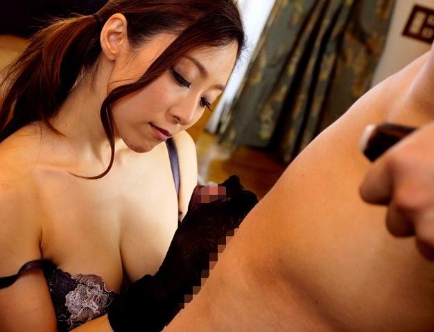 妖艶な熟女妻のドエスな網タイツ足コキや痴女責めに男潮絶頂の脚フェチDVD画像3