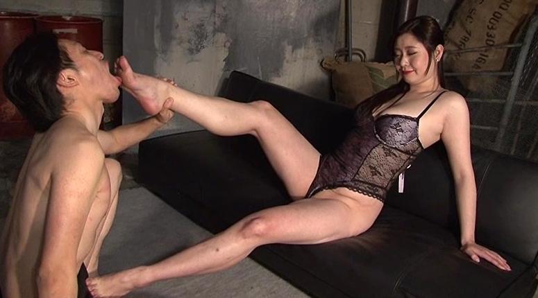聖水一番搾り 10人の美痴女の脚フェチDVD画像2