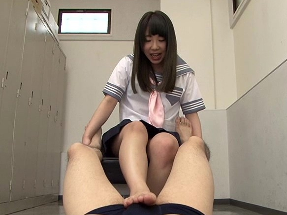 美脚お姉さんたちが肉棒を激しく扱きイジメる電気あんま足コキの脚フェチDVD画像3