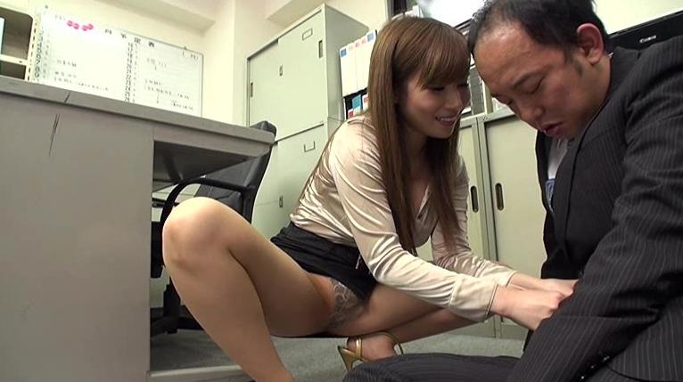 カリスマ巨乳女社長千乃あずみの世界一受けたいエッチな個人指導 社員は憧れの巨乳女社長に弄ばれたい素人男子の脚フェチDVD画像1