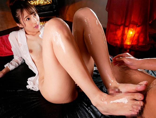 現役女子大生のお嬢様が細く長いヌルヌル美脚で生足コキ責めの脚フェチDVD画像5