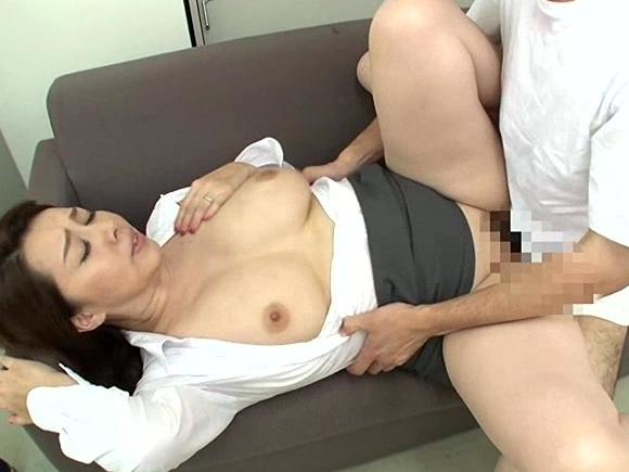 爆乳熟女妻がハミ乳で男を誘惑しニーハイストッキング足コキ責めの脚フェチDVD画像4