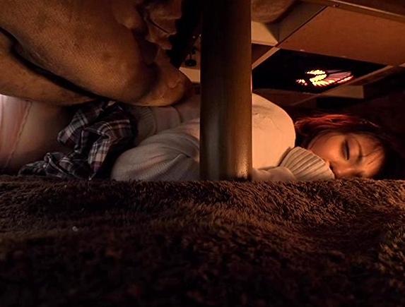 女子校生の妹がコタツの中から蒸れたハイソックスで兄に足コキの脚フェチDVD画像6