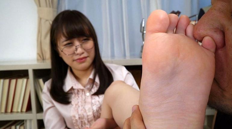 女の臭い足舐めの脚フェチDVD画像1