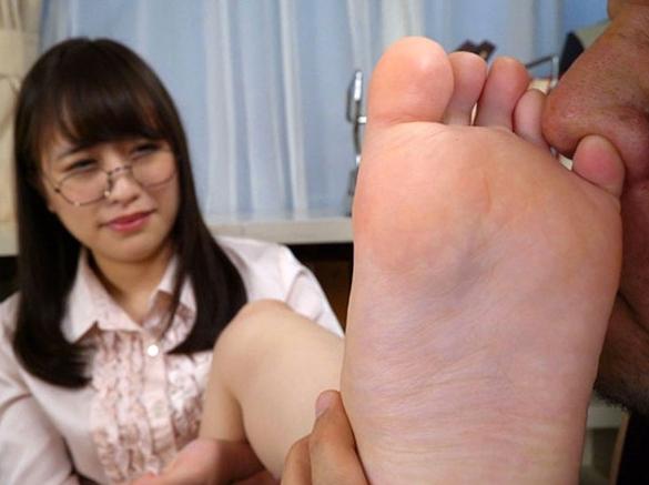 一日過ごし蒸れて酸っぱい女性の足裏を嗅いで舐める足フェチ動画の脚フェチDVD画像1