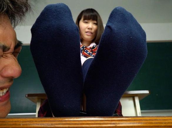 一日過ごし蒸れて酸っぱい女性の足裏を嗅いで舐める足フェチ動画の脚フェチDVD画像2