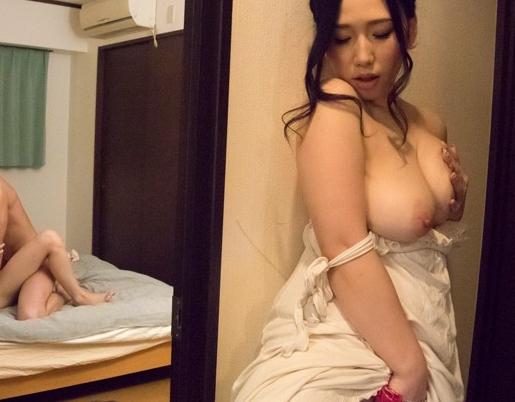 親友の彼氏を巨乳で誘惑し生足コキや中出しセックス寝取る痴女の脚フェチDVD画像1