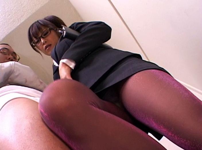 エロ秘書が蒸れたパンスト美脚で足コキ抜きや着衣SEXでイキ狂うの脚フェチDVD画像3