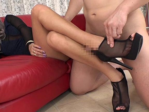 フェロモン溢れるドスケベギャルのハイヒールで靴コキや着衣SEXの脚フェチDVD画像4