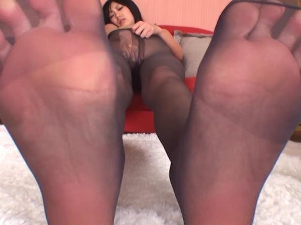 黒パンストを穿いたままの足裏で足コキされ白いザーメンを足射の脚フェチDVD画像5