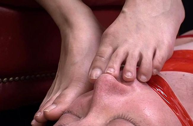 私の足のニオイを嗅ぎなさい!!の脚フェチDVD画像3