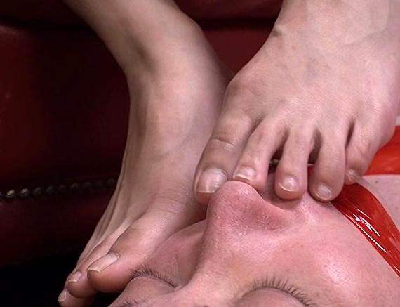 蒸れて臭過ぎる湿った足裏を男の顔面に擦り付ける足フェチ責めの脚フェチDVD画像3