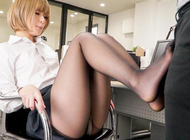 イマドキ美少女の蒸れた黒パンスト美脚で足コキされフル勃起の脚フェチDVD画像1