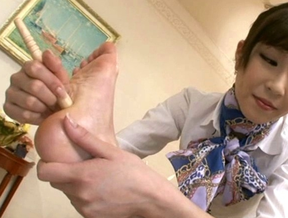 レズエステティシャンに足つぼマッサージされ足裏で感じまくるの脚フェチDVD画像5