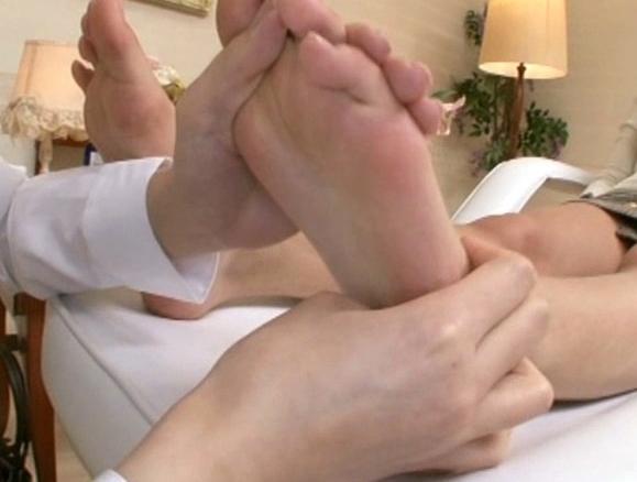 レズエステティシャンに足つぼマッサージされ足裏で感じまくるの脚フェチDVD画像3