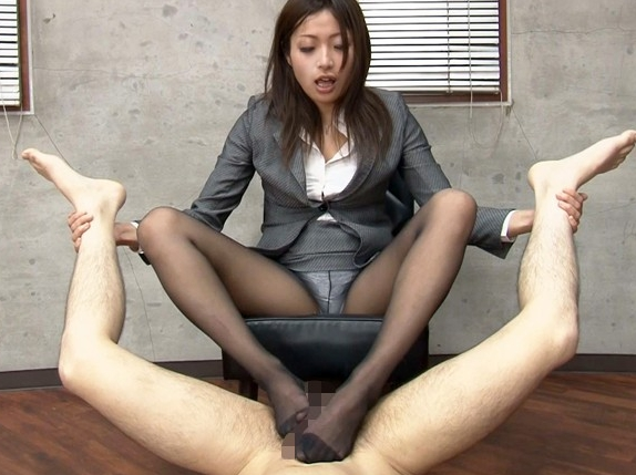 ドSな痴女OLが蒸れて湿った黒パンストの足裏で超絶足コキの脚フェチDVD画像3