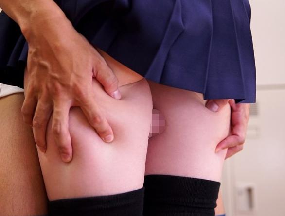 ミニスカとニーハイが素晴らし過ぎる美脚女子校生の足コキの脚フェチDVD画像2