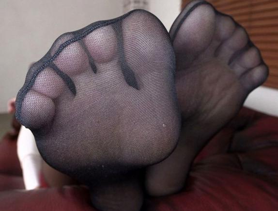 スレンダー美脚にパンティストッキングを穿いた美女が悩殺足コキの脚フェチDVD画像2