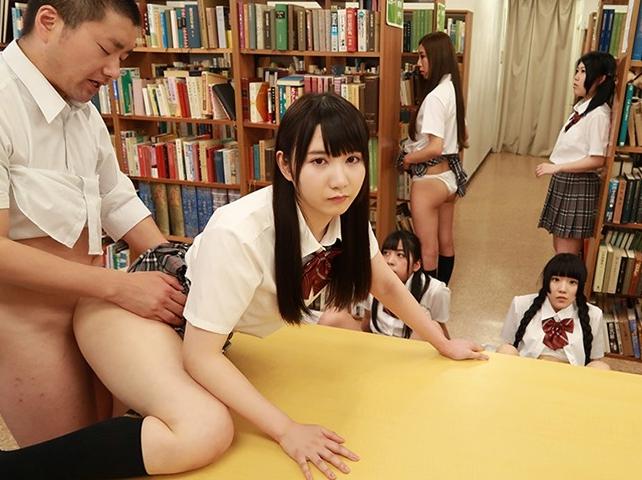 女子校生の時間をストップさせ強制足コキや中出しセックスの脚フェチDVD画像2
