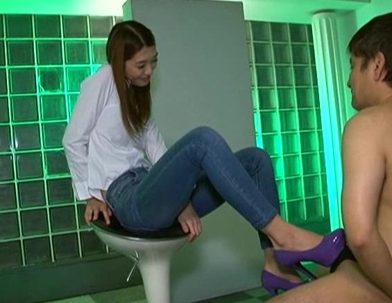 ジーンズ美脚のドS痴女がM男にハイヒールで靴コキや足臭責めの脚フェチDVD画像1