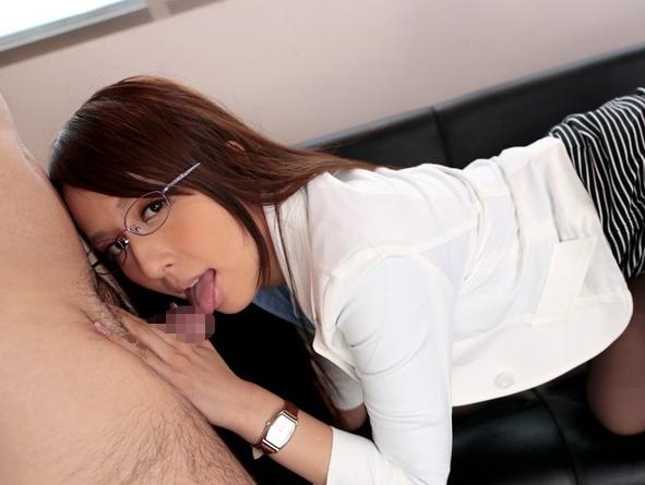 美人上司の希崎ジェシカにいじわるな足コキされてフル勃起の脚フェチDVD画像5