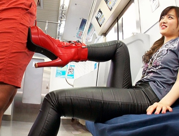 痴女の黒レザーパンツで肉棒を挟み扱かれ射精する太ももコキの脚フェチDVD画像5