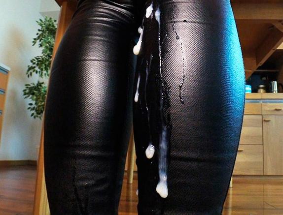 痴女の黒レザーパンツで肉棒を挟み扱かれ射精する太ももコキの脚フェチDVD画像4
