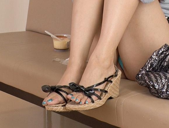 痴女ギャルのパンスト爪先でシコシコと足コキされながら大量足射の脚フェチDVD画像2