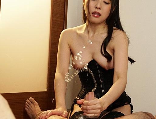 拘束した男を痴女責めし男潮を噴かせてしまうS女の生足コキの脚フェチDVD画像6