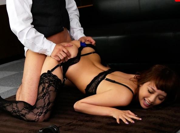 爆乳OLを下着モデルにしてガーターストッキング足コキや着衣SEXの脚フェチDVD画像2