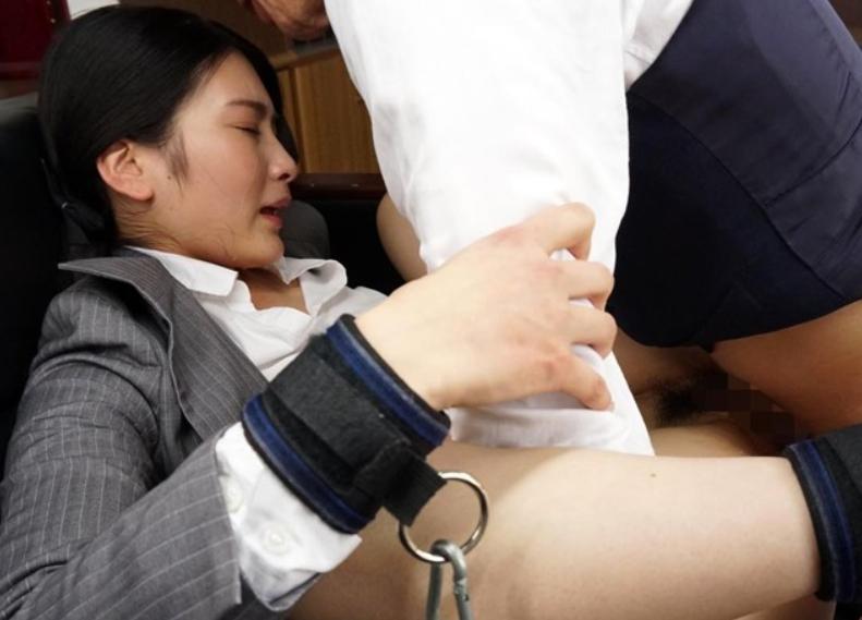 痴女OLが蒸れた生足で足コキ責めや社内セックスでイキ乱れるの脚フェチDVD画像2