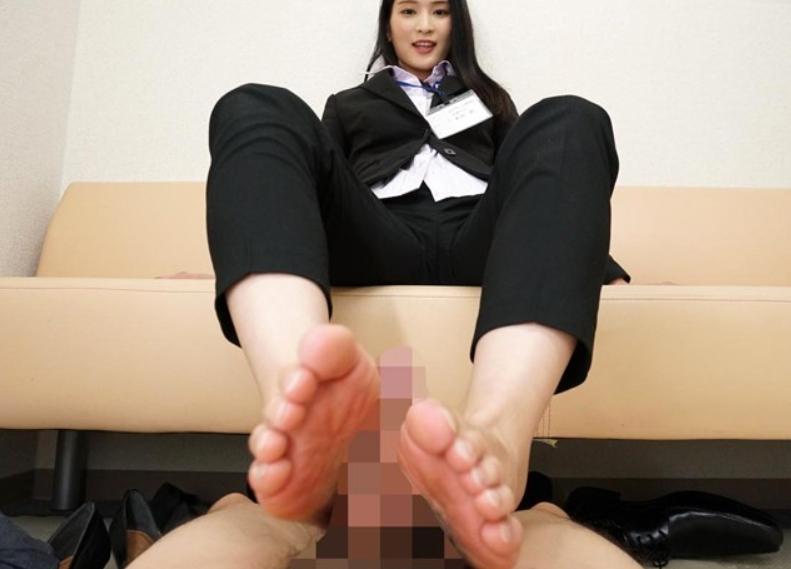 痴女OLが蒸れた生足で足コキ責めや社内セックスでイキ乱れるの脚フェチDVD画像3