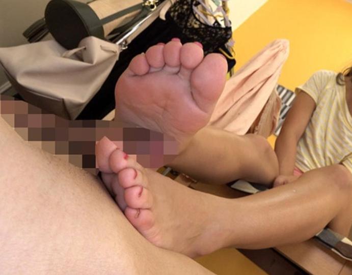 ドエスなハーフギャルが黄金水をぶっ掛け生足コキで足射させるの脚フェチDVD画像3