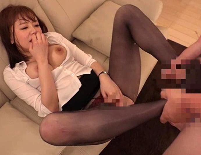 仕事帰りのパンスト痴女が足コキや潮吹き着衣SEXで男を襲うの脚フェチDVD画像5