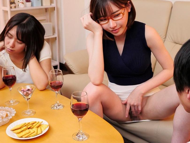 カノジョのお姉さんに生足コキや即ハメ中出しセックスで襲われるの脚フェチDVD画像6