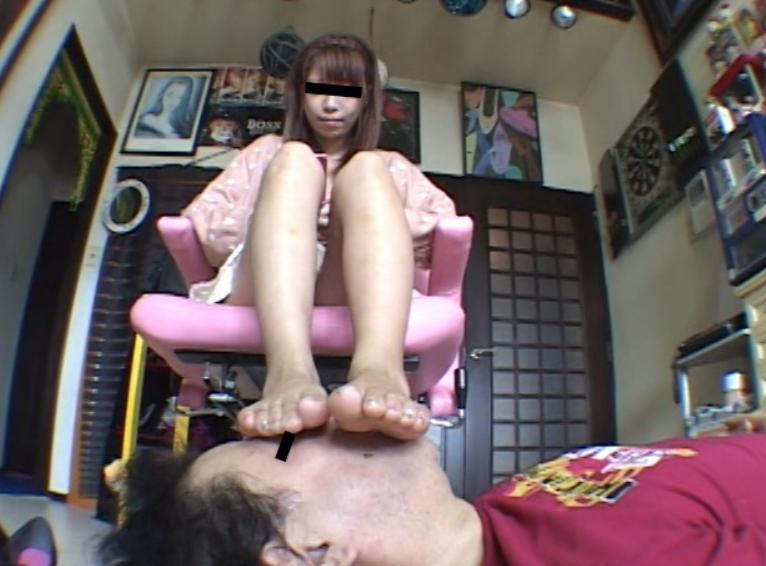 OLお姉さんの湿った生足を嗅いで爪先にしゃぶりつく足フェチ動画の脚フェチDVD画像3