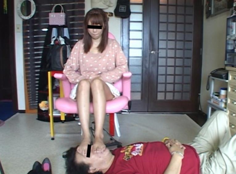 OLお姉さんの湿った生足を嗅いで爪先にしゃぶりつく足フェチ動画の脚フェチDVD画像2