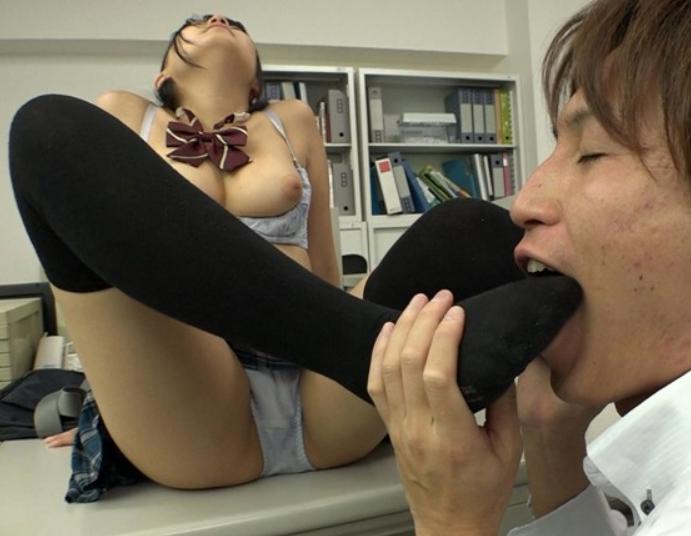 女子校生の汗で蒸れたニーハイソックス足コキや中出し着衣SEXの脚フェチDVD画像4