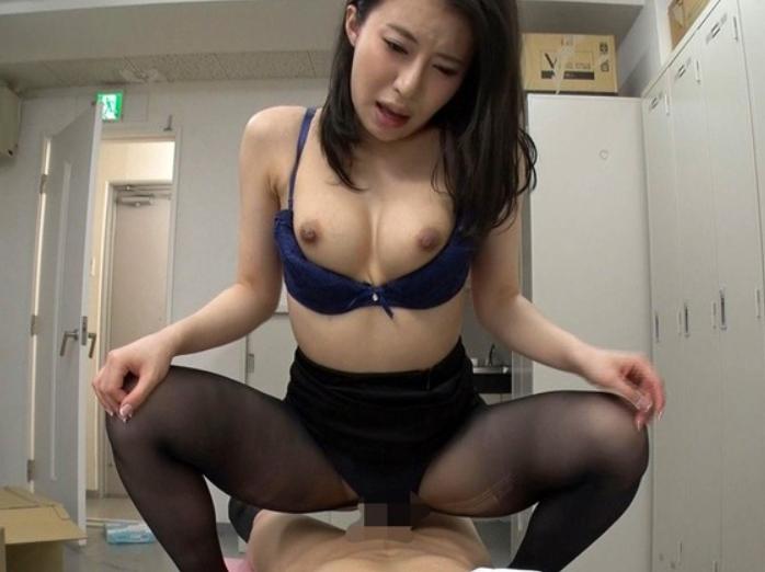 女上司がパンストを脱いでいる姿を堪能して足コキや着衣SEXの脚フェチDVD画像2