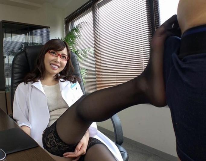 いやらしい女医のガーターストキング足コキや誘惑着衣SEXの脚フェチDVD画像3