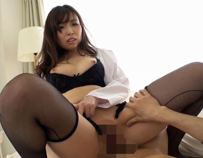 いやらしい女医のガーターストキング足コキや誘惑着衣SEXの脚フェチDVD画像5