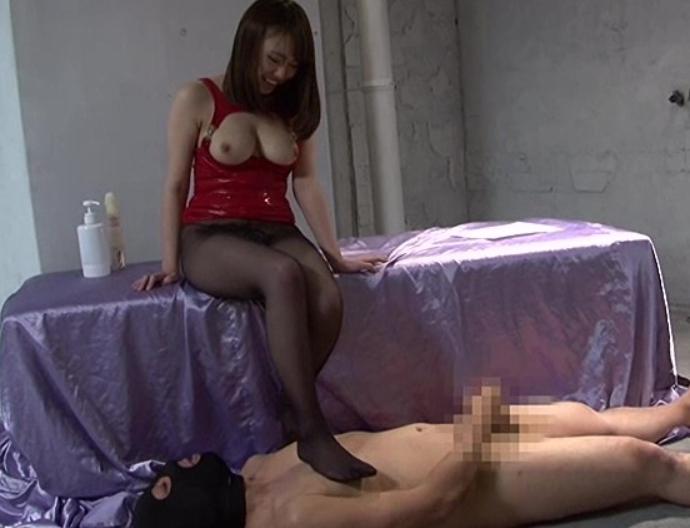 変態小悪魔痴女がパンスト足コキや足臭責めでM男を犯し弄ぶの脚フェチDVD画像1
