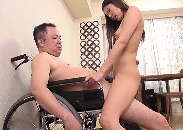 車椅子で身動きがとれない男を生足コキで誘惑するエロ奥様の脚フェチDVD画像4