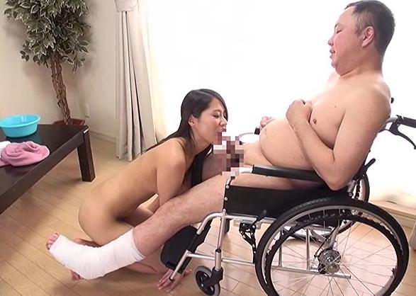 車椅子で身動きがとれない男を生足コキで誘惑するエロ奥様の脚フェチDVD画像1