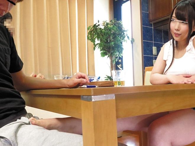 義理の妹に机の下から生足コキ誘惑され布団の中では中出し性交の脚フェチDVD画像1