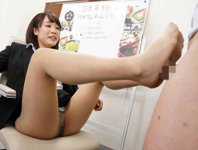 OL上司のパンストを嗅いで舐めて足コキされて着衣SEXで射精の脚フェチDVD画像3