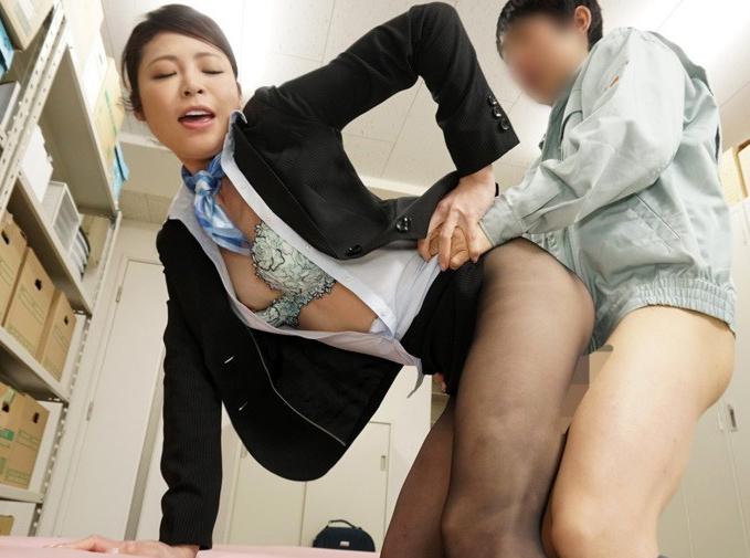 CAの引き締まったパンスト美脚で足コキや着衣SEXされ大量足射の脚フェチDVD画像2
