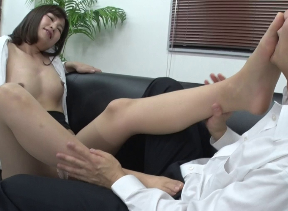 美人な女上司のパンスト美脚に足コキされたり着衣SEXで大量射精の脚フェチDVD画像5